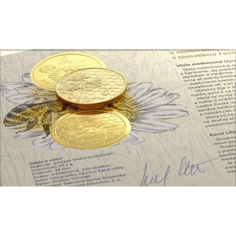 Autorska karta s 5€ mincou a fotkou včely medonosnej na pozadí